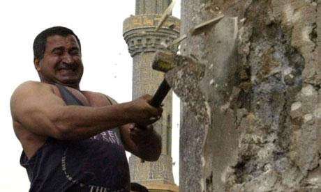 Kadom al-Jabouri attacks Saddam Hussein's statue 2003
