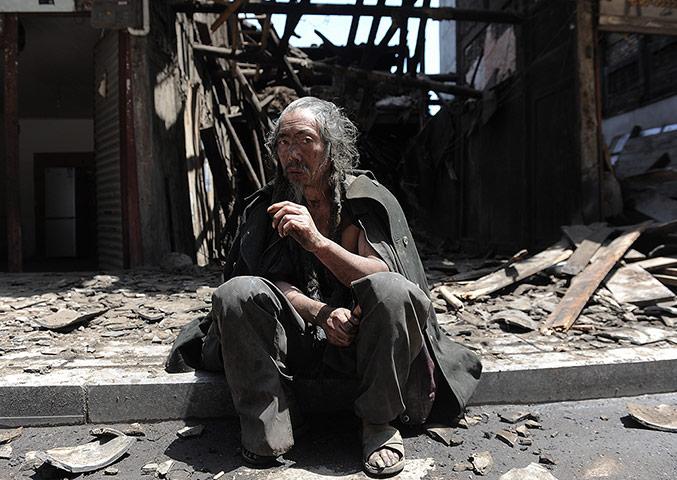 4月20日,四川雅安芦山发生7.0级地震,一位当地民众在震后 高清图片