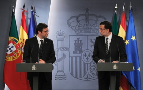 Spain's Prime Minister Mariano Rajoy, right, and Portugal's Prime Minister Pedro Passos Coelho, left, gesture during a press conference at the Moncloa Palace, in Madrid, Monday, May 13, 2013.