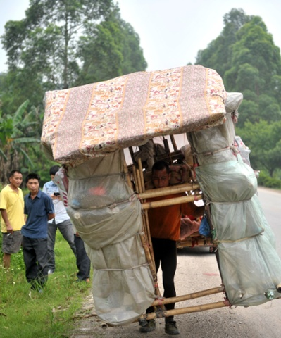 Liu Lingchao and his moving hut