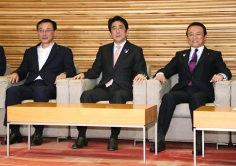 Japanese Prime Minister Sjhinzo Abe (C), Finance Minister Taro Aso (R) and Justice Minister Sadakazu Tanigaki (L) attend a cabinet meeting.