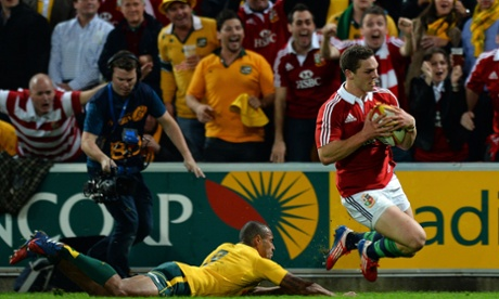 George North dives in to score.