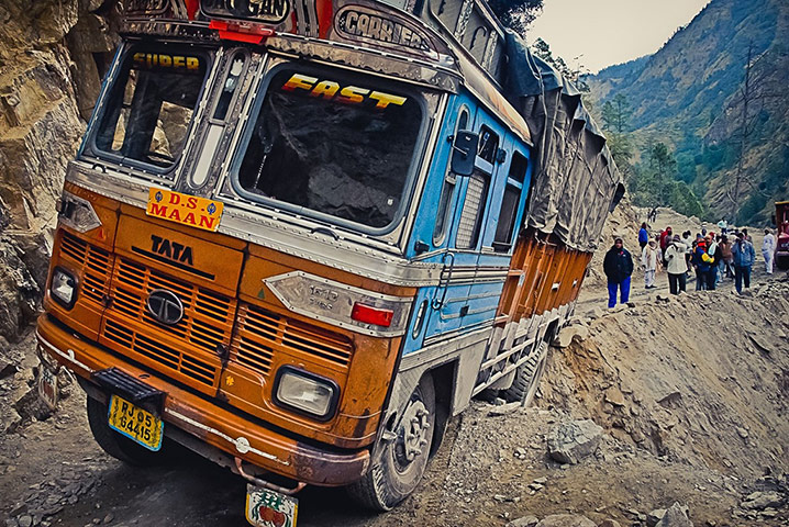 bendyblanco: Indian truck hanging on the edge for dear life
