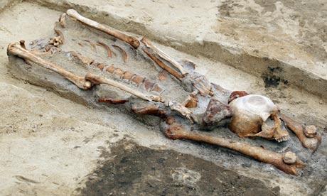 """Découverte de squelettes de """"vampires"""" Vampire-grave-A-skeleton--009"""