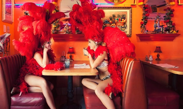 Downtime Las Vegas style ... off-duty showgirls grab a drink on the Strip, where summer temperatures are in the high-rolling 40s.