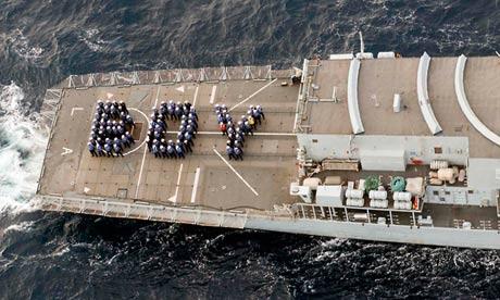 """A empresa do navio HMS Lancaster forma a palavra """"menino"""" para marcar o nascimento do bebê real"""