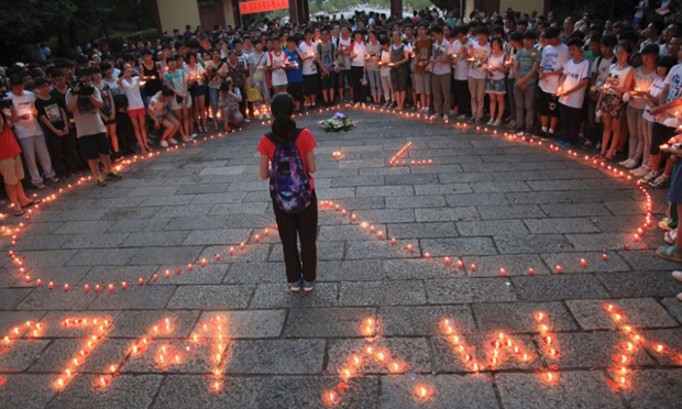 Students from Jiangshan Middle School light candles for the victims of the San Francisco Asiana Airlines crash, in Quzhou, Zhejiang province.