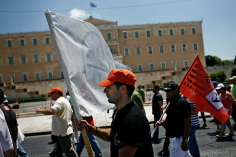 epa03781500 Greek municipal employees protest in front of the Greek Parliament against a suspension decision and possible future layoffs in Athens, Greece, 08 July 2013.