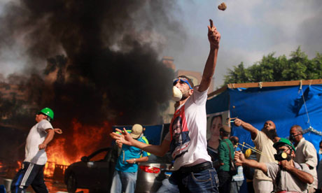 Egyptian protesters throw rocks at security forces