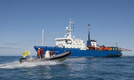 Россия блокирует судно Гринписа у входа в арктические воды