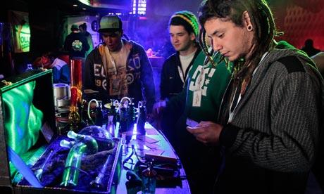 Utensilios para fumar a la venta durante la segunda Copa Cannabis de Uruguay en Montevideo