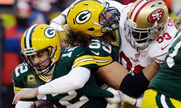 Aaron Rodgers' Green Bay offense shook off an early siege by the San Francisco 49ers and his Packers are still in it at halftime.