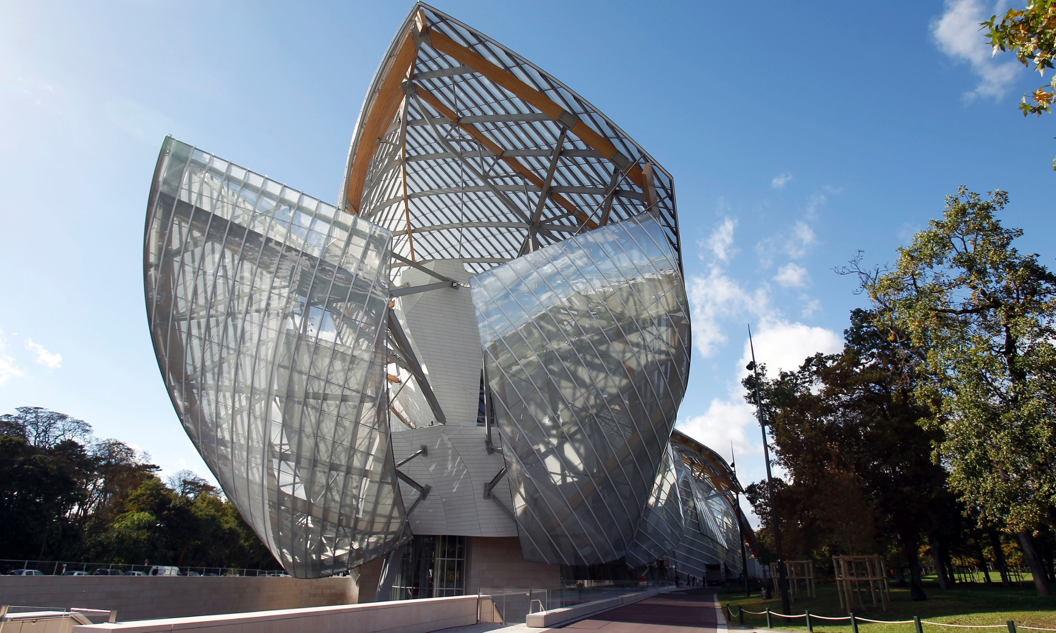 fondation louis vuitton paris review everything and the bling from frank gehry art and. Black Bedroom Furniture Sets. Home Design Ideas