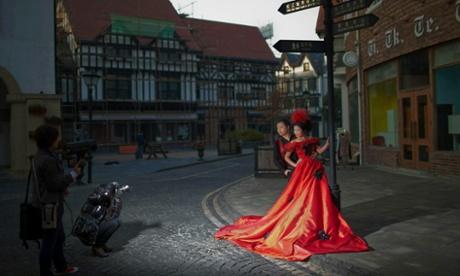 Chinese newlyweds pose for wedding photo