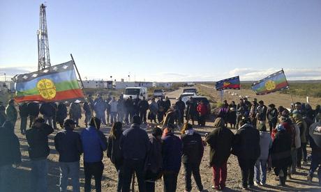 Los miembros de la comunidad mapuche de Argentina bloquean una carretera de acceso a la formación de esquisto Vaca Muerta.