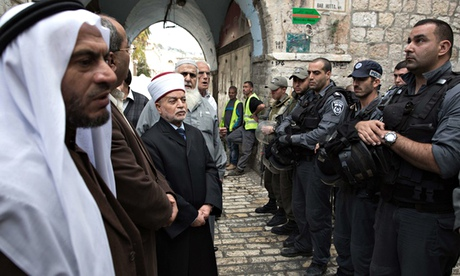 stand-off outside al-aqsa mosque between israeli police and the mufti of jerusalem