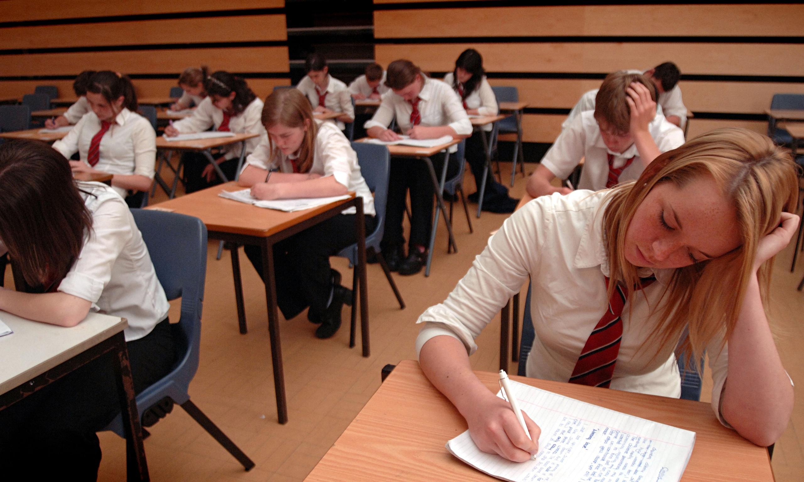 Студентки сдают экзамен 12 фотография