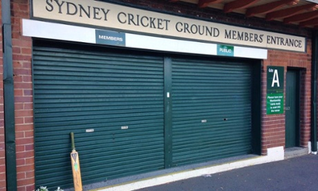 Phillip Hughes fans pay tribute with moving #putoutyourbats campaign