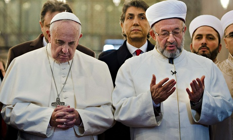 Pope Francis prays alongside Grand Mufti in Istanbul's Blue Mosque