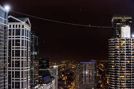 Nik Wallenda walks tightrope across Chicago River