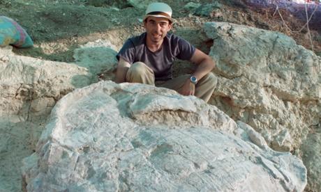 Researcher Adán Pérez-García with a fossilised Titanochelon in the Cerro de los Batallones (Hill of the Battalions) in Madrid.