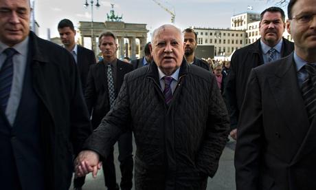 Когда Германия отмечает падение Берлинской стены, Горбачев предупреждает о новой холодной войне