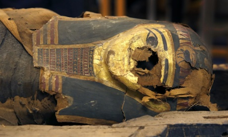 Scientists in Chicago prise open Egyptian mummy's coffin