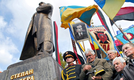 Ukrainian nationalists with Stepan Bandera statue