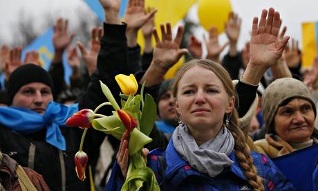 Конкурирующие митинги в Крыму поют о России и Украине