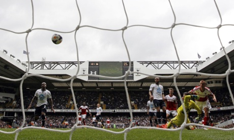 Fulham's Steve Sidwell scores their first goal to equalise against Tottenham.