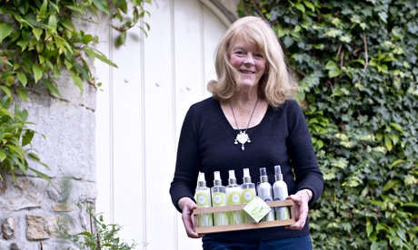 Stacy Marking holding bottles of lemongrass on a tray