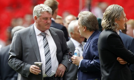 Steve Bruce chillaxing with a drink.