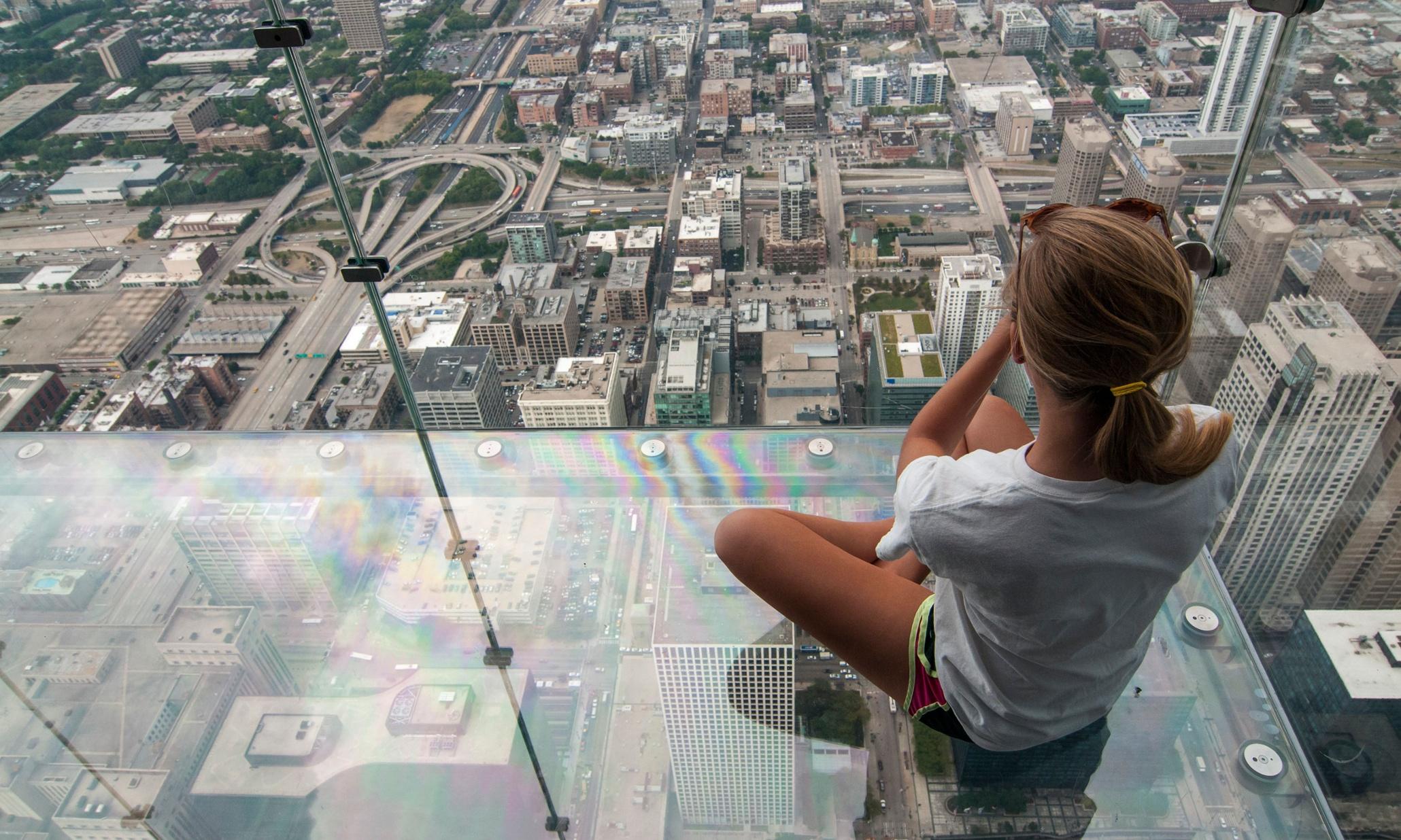 Chicago skyscraper 39 s viewing deck cracks under tourists for Glass deck floor