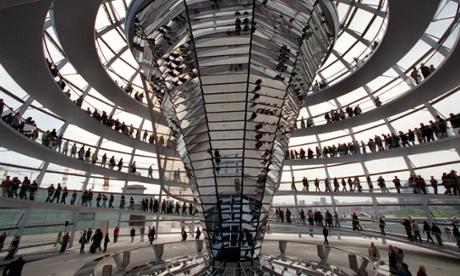 Los visitantes se agolpan el cristal de la cúpula del edificio del Reichstag-en Berlín