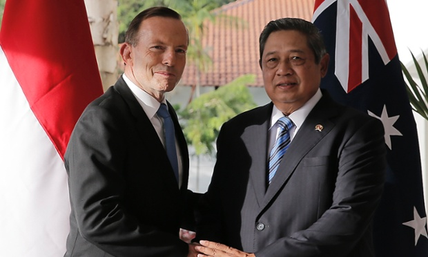 Indonesia's President Susilo Bambang Yudhoyono (R) and Australian Prime Minister Tony Abbott shake hands during their meeting on the Indonesian island of Batam in this June 4, 2014.