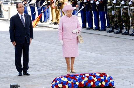 Queen Elizabeth II and French President Francois Hollande attend a ceremony on Thursday at the grave of the unknown soldier at the Arc de Triomphe monument.