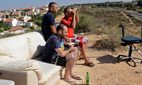 Israelis watch bombings of Gaza from Sderot hillside