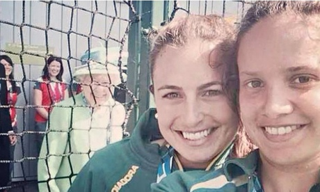 Commonwealth Games: Queen photobombs hockey players selfie