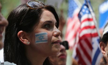 Una donna prende parte a una manifestazione a sostegno di Israele, vicino alla sede delle Nazioni Unite a New York.