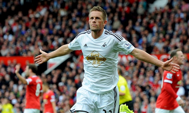 Gylfi Sigurdsson celebrates the goal ...