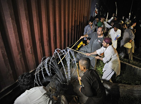 Pakistan unrest barbed wire removal