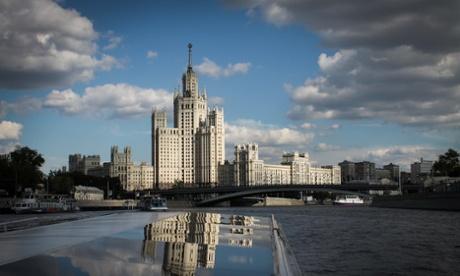 Активисты разрисовали московскую 'Сталинскую башню' в цвета Украины