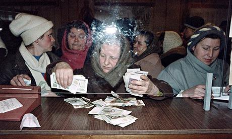 Ukrainian women exchange Soviet rubles against Ukrainian karbovanets, on January 17, 1992 in Kiev.