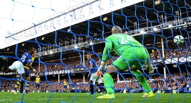 In the last minute Everton the goalkeeper, Tim Howard, can only watch as Olivier Giroud puts a great header into the left-hand side of the net.