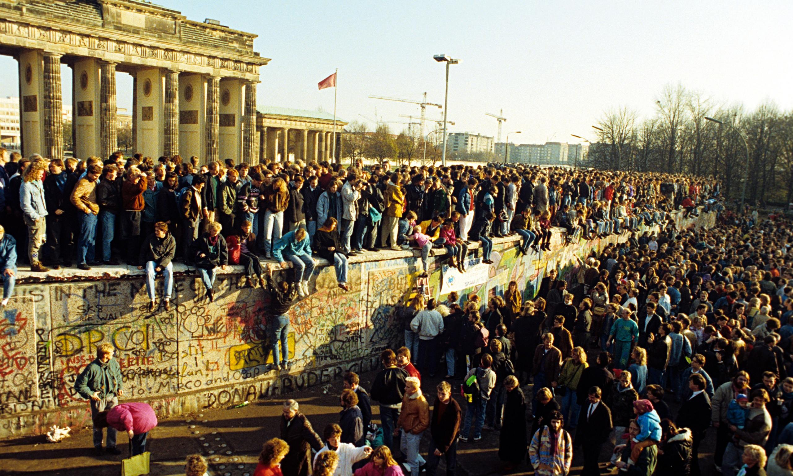 the details of the events that resulted in the fall of the great berlin wall The city's topography was the berlin wall, erected by the east german communist government in 1961 to stop free movement between east berlin (and indeed east germany) and west berlin the boundary between east and west berlin and the boundary between west berlin and east germany, for a combined.