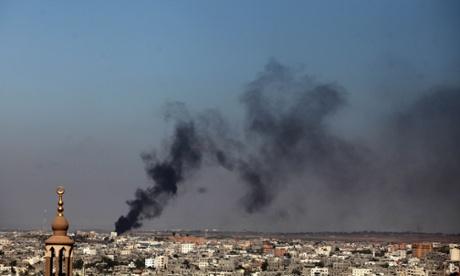 El humo se eleva después de un ataque israelí en la ciudad de Gaza.  Fotografía: Majdi Fathi / NurPhoto / Rex