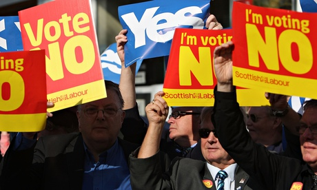 Yes and no campaigners display their placards as Labour veteran takes to the streets of Glasgow in s