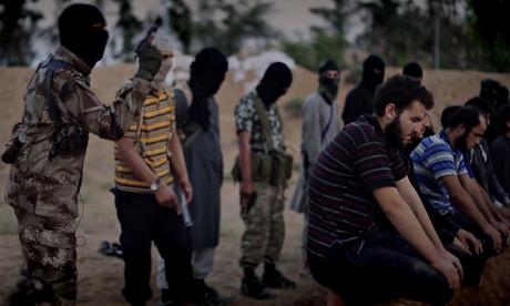 Screengrab militante mostrando aparentemente prestes a atirar prisioneiros ajoelhados na cabeça