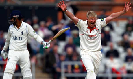 Lancashire sign Junaid Khan for crucial relegation match with Middlesex