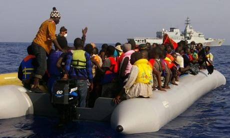 Os migrantes, muitos deles já em coletes salva-vidas, a bordo de um navio de longo estilo bote após ser resgatado pela Marinha italiana 22 de setembro de 2014